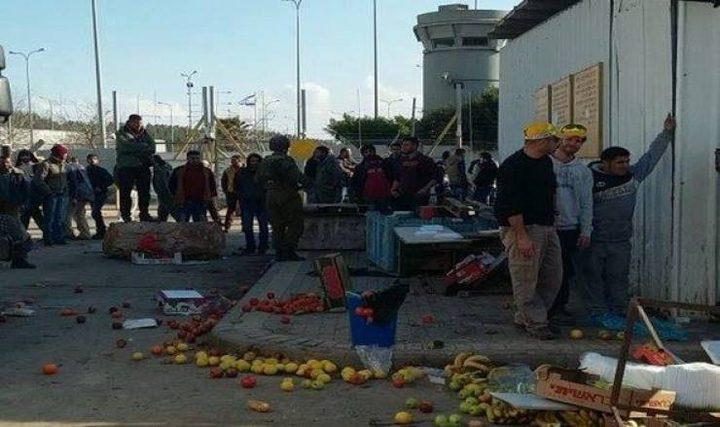 الاحتلال يعتدي على بسطات الباعة جنوب الخليل ويتلفها