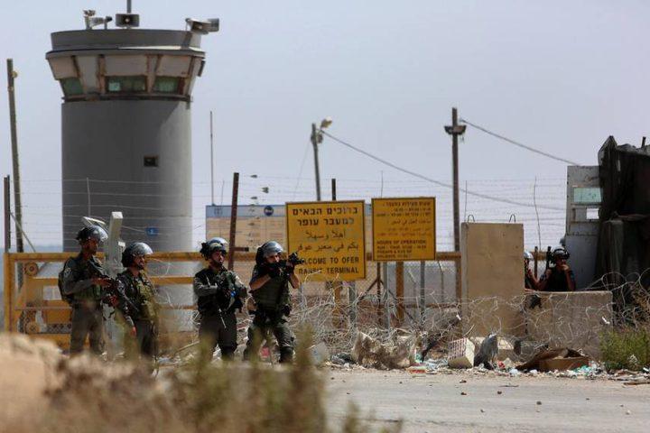 الاحتلال يقمع وقفة تضامنية مع الأسرى قرب عوفر