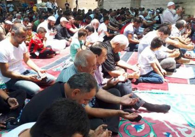 مواطنون يؤدون صلاة الجمعة في خيمة الاعتصام ببلدة أبو ديس