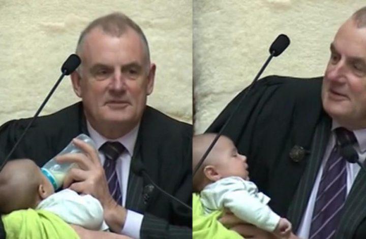 نيوزلندا..رئيس البرلمان يطعم رضيعا خلال إدراته منقاشات البرلمان