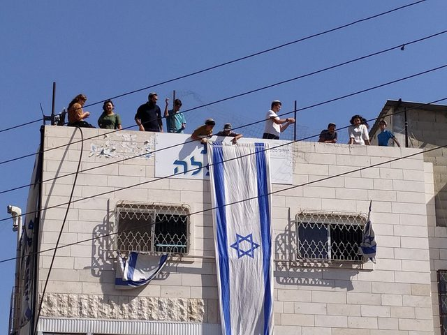 مستوطنون يستولون على منزل عائلة أبو رجب في الخليل