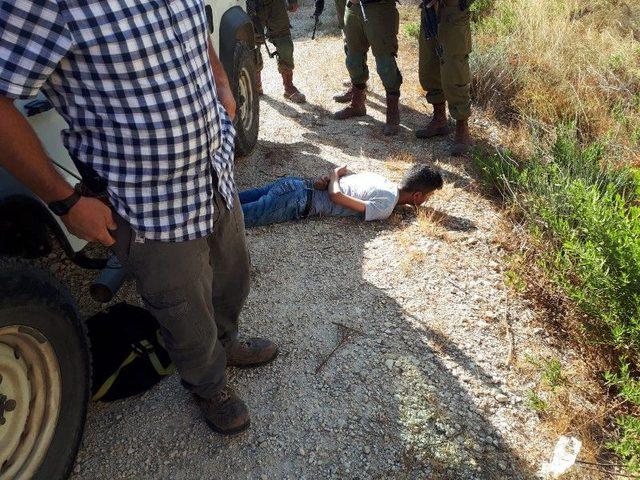 الاحتلال يعتقل طفلاً بزعم حيازته سكيناً