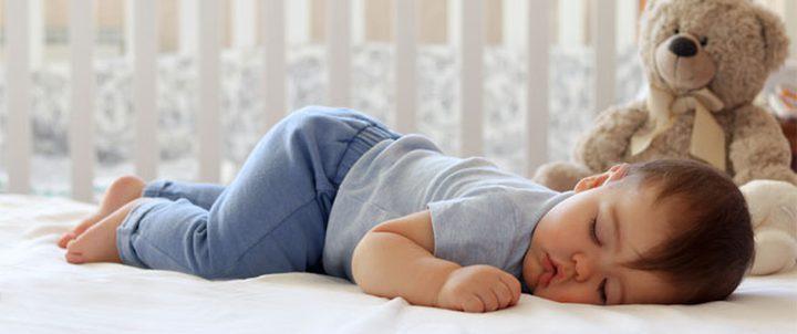 نوم الرضيع على بطنه: متى يكون جيداً؟