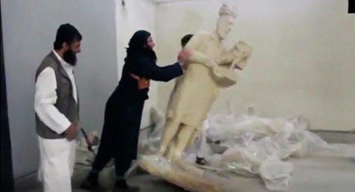 """القوات العراقية تقبض على """"داعشي"""" حطم آثار متحف الموصل"""