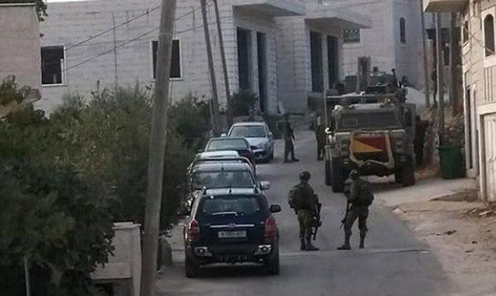 الاحتلال يأخذ قياسات منازل في بيت كاحل