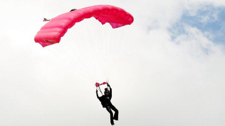 مظلي يصارع للبقاء على قيد الحياة بعد قفزة خطيرة