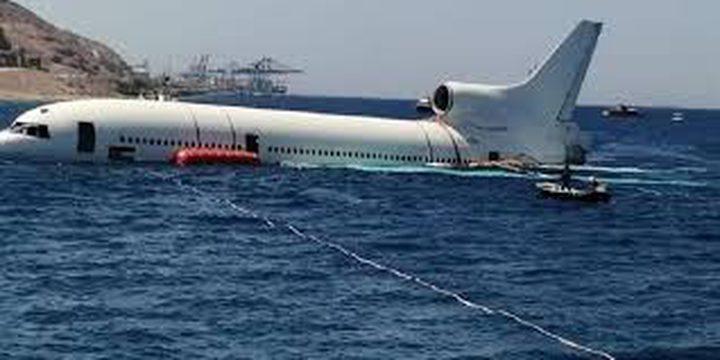 شاهد إغراق طائرة تجارية خارجة عن الخدمة في مياه خليج العقبة