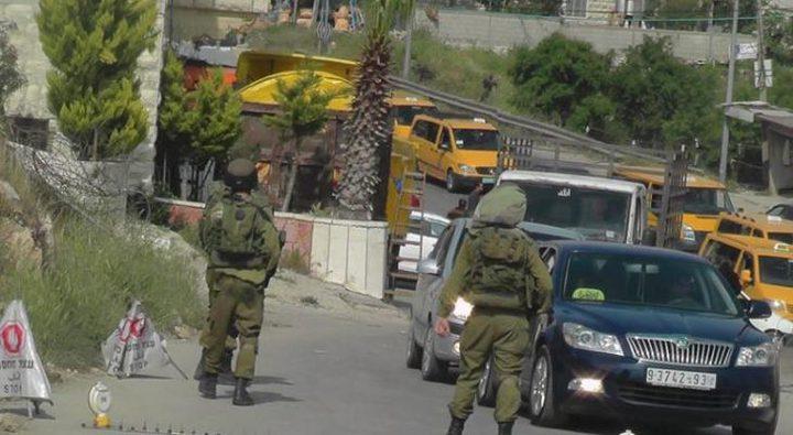 قوات الاحتلال تغلق مدخل بيت أمر ببوابة حديدية
