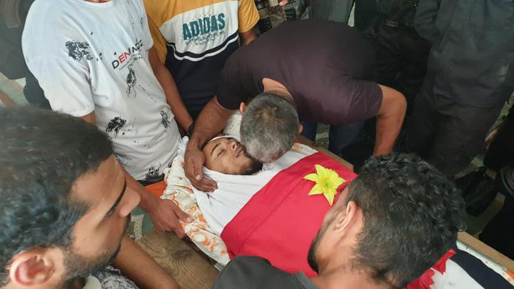 المواطنون يشيعون جثمان الشهيد أبو موسى جنوب قطاع غزة