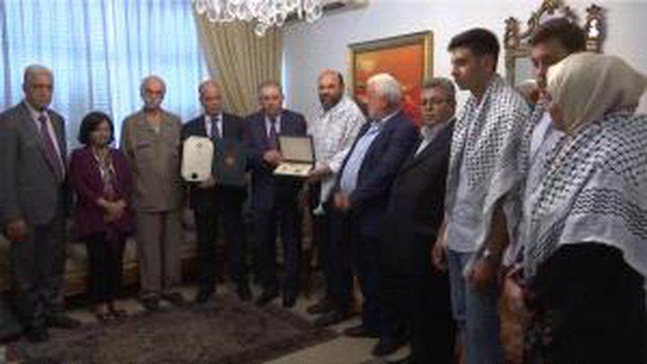 دبور يقلد المناضل اللبناني الراحل هاني فاخوري وسام الرئيس عرفات