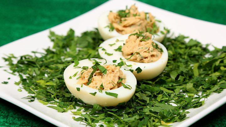 البيض المسلوق مع السلمون المدخن
