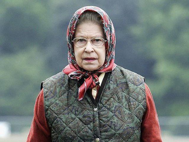 """الملكة إليزابيث تواجه موقف """"طريف"""" أمام سياح أمريكيين !"""