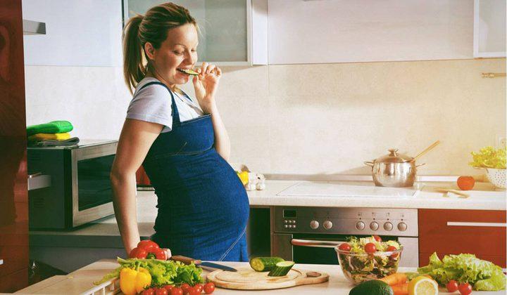 """دراسة:  إتباع الأم الحامل حمية نباتية يفقد طفلها ميزة """"الذكاء"""""""