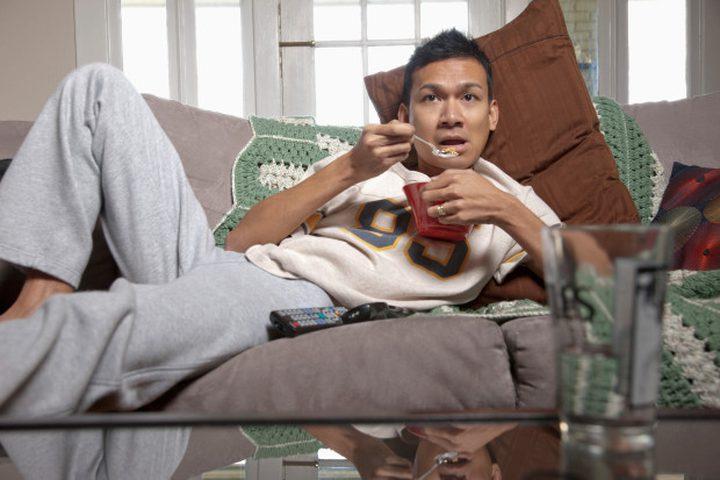 دراسة تحذر: الجلوس الدائم على الأريكة يضاعف خطر الوفاة المبكرة