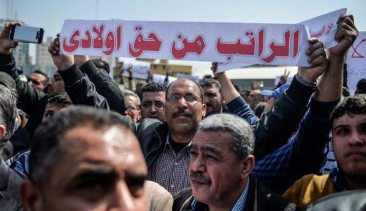 استقالات واستنكار عام عقب استمرار الحكومة بخصم رواتب موظفي غزة