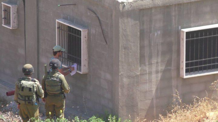 الاحتلال يخطر بوقف البناء في منزل ويستولي على خيم لتربية الماشية