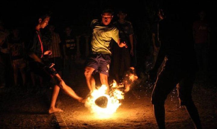 أندونيسيا.. أطفال يلعبون كرة النار حفاة بمناسبة بدء العام الهجري