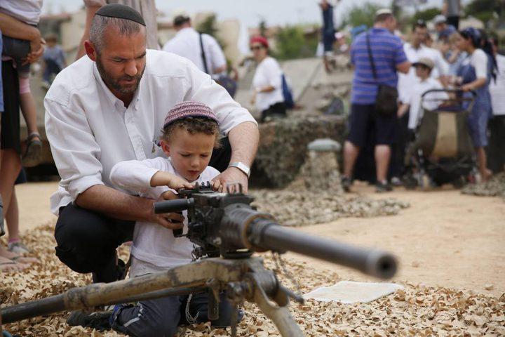 مستوطن يرهب المواطنين بإطلاق النار صوبهم شمال نابلس