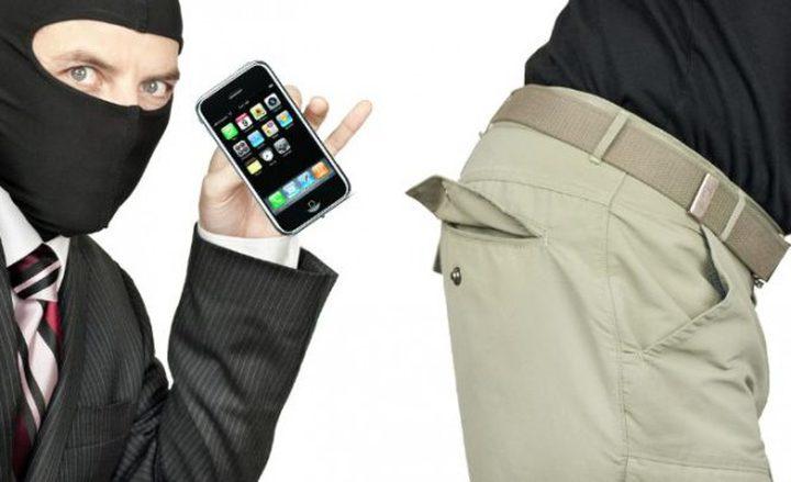 الخليل: القاء القبض على 3 مشتبهين قاموا بسرقة 15 جهاز محمول