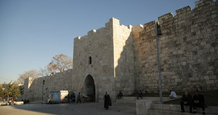 الاحتلال يغلق باب الساهرة في القدس المحتلة