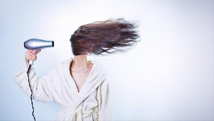 تجفيف الشعر بالهواء الساخن ينذر بنتائج كارثية