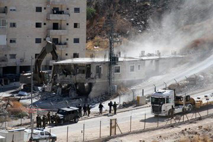 الاحتلال يجبر عائلة مسالمة على هدم منزلها