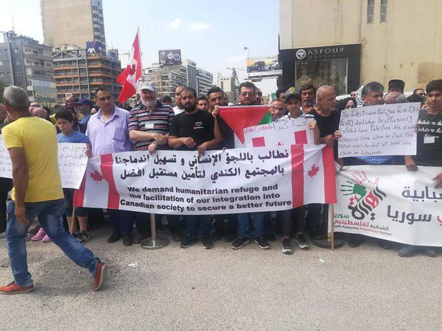 لاجئون فلسطينيون أمام السفارة الكندية يطالبون بالهجرة
