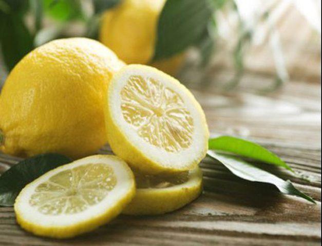 الليمون ومعجون الأسنان لمرفق ناصع البياض