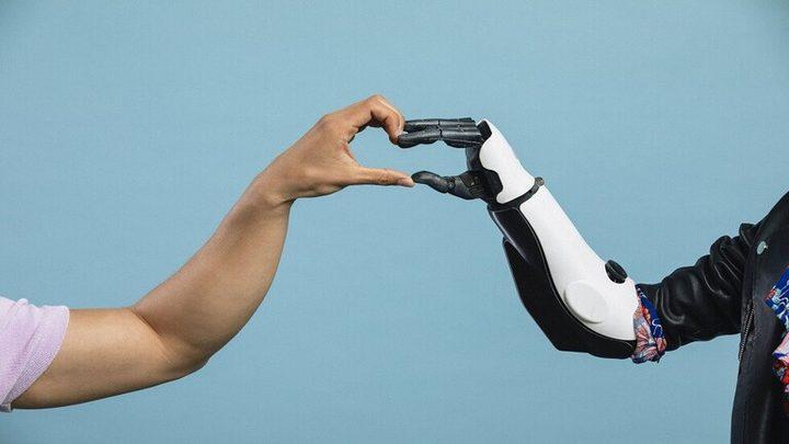 قفاز يساعد مرتدي الأيدي الاصطناعية على الإحساس مجددا