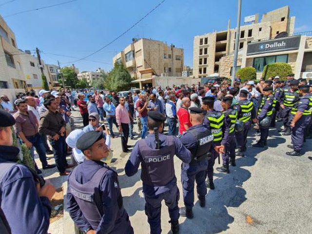 آلاف المعلمين الأردنيين يحتجون للمطالبة بزيادة رواتبهم