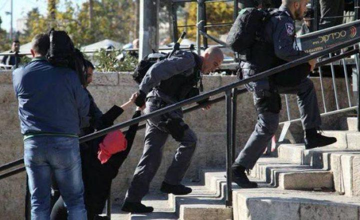 القدس: قوات الاحتلال تقمع وقفة منددة بقتل النساء أمام باب العامود