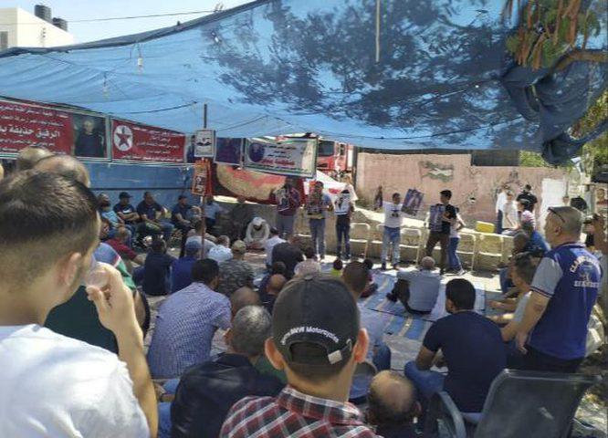المواطنون يؤدون صلاة الجمعة بخيمة الاعتصام إسنادا للأسرى