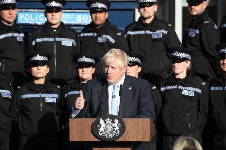 شاهد: شرطية يغمى عليها.. ورئيس وزراء بريطانيا يكمل خطابه
