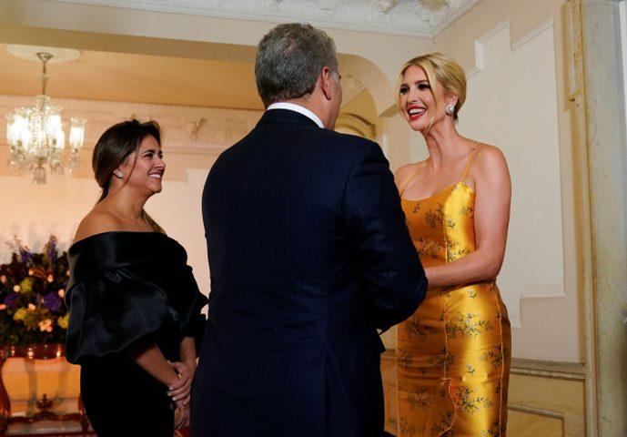 إيفانكا ترامب تظهر بفستان ذهبي أصفر خلال حفل عشاء في كولومبيا