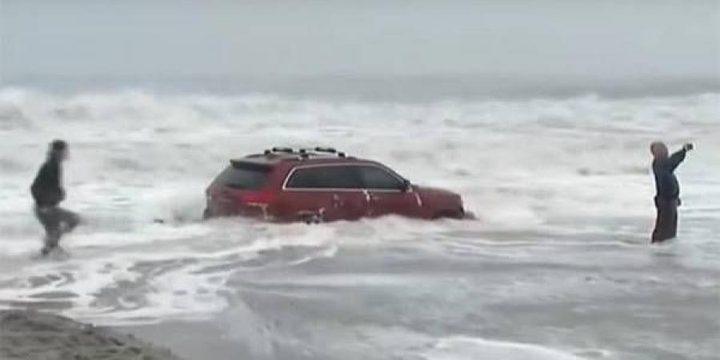 """سيارة عالقة وسط الأمواج العاتية لحظة اقتراب إعصار """"دوريان"""""""