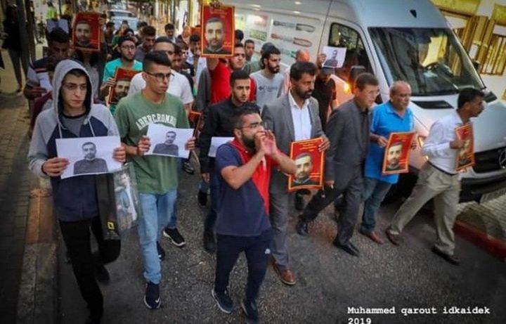 مسيرة في نابلس تحمل الاحتلال مسؤولية استشهاد الأسير السايح