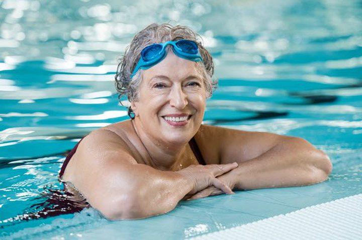 لماذا ينصح الخبراء كبار السن بالسباحة والاهتمام بالحديقة ؟