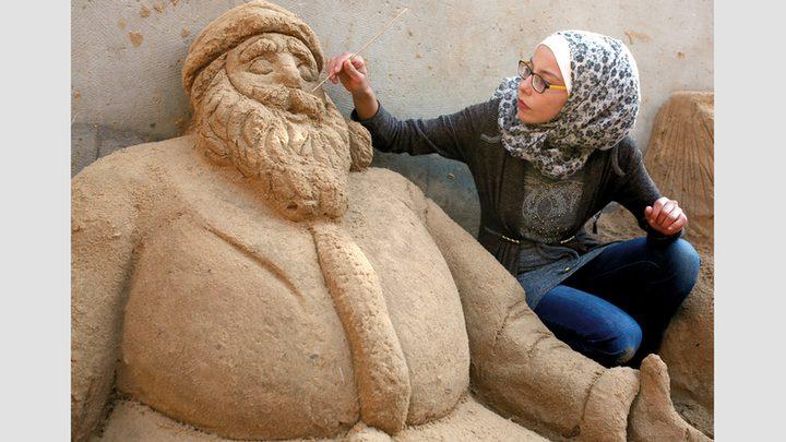 رنا الرملاوي تحول الرمل إلى مجسمات فنية وابداعية في غزة