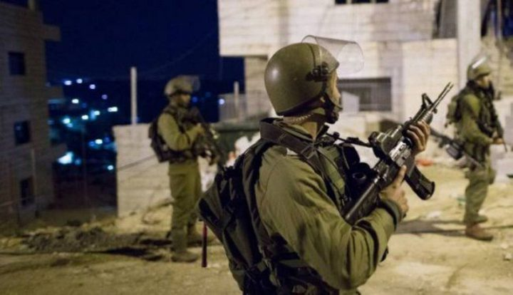 اعتقال (12) مواطنا من الضفة