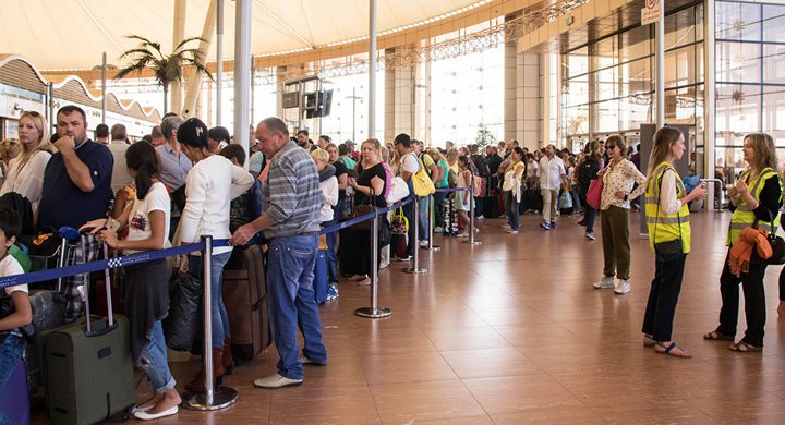 عازف في مطار شرم الشيخ للترفيه عن المسافرين