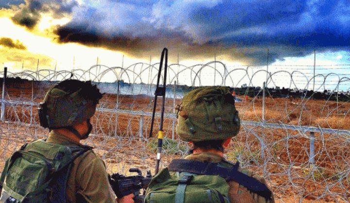 قوات الاحتلال تعتقل شابين بالقرب من السياج الفاصل
