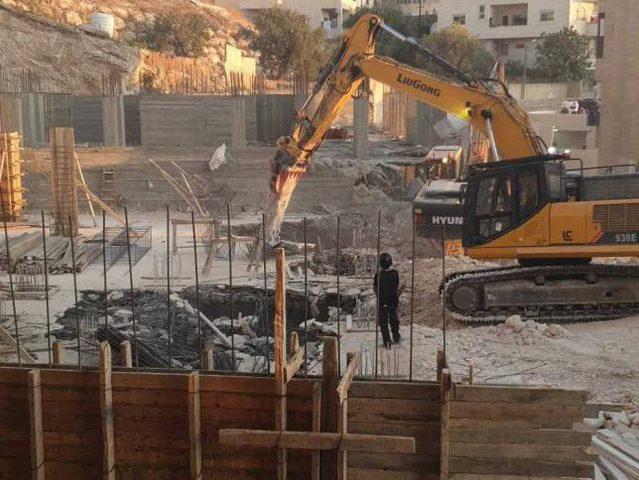 الاحتلال يهدم بناية قيد الإنشاء شرق القدس