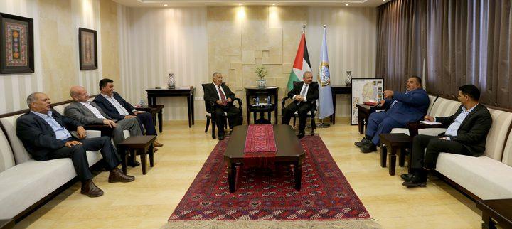 اشتيه يناقش ملف موظفي غزة مع عدد من محافظيها