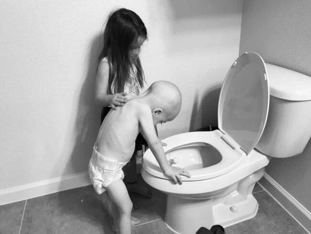 """صورة """"مؤثرة"""" لطفلة تعتني بشقيقها المصاب بسرطان الدم"""