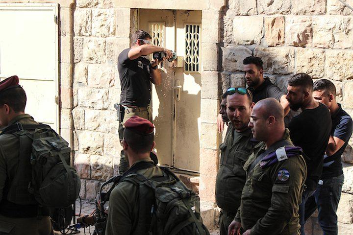 قوات الاحتلال تغلق منزلاً في البلدة القديمة من الخليل