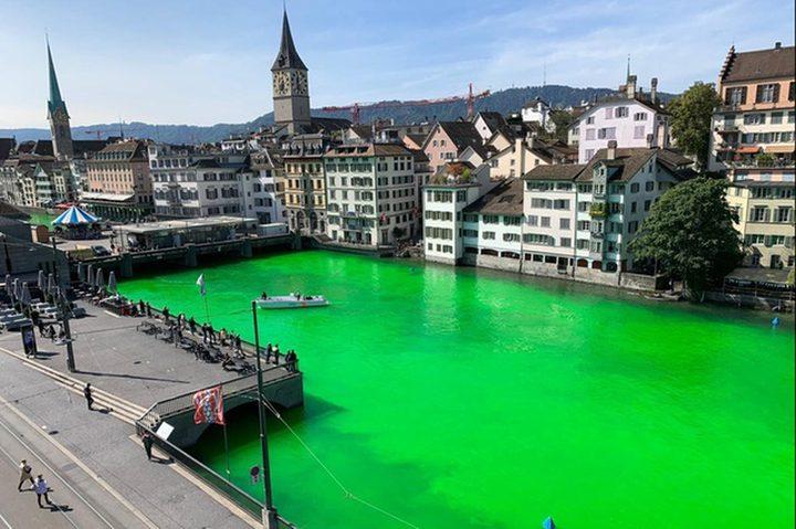 ناشطون يصبغون مياه نهر في سويسرا بالأخضر لإيصال رسالتهم !