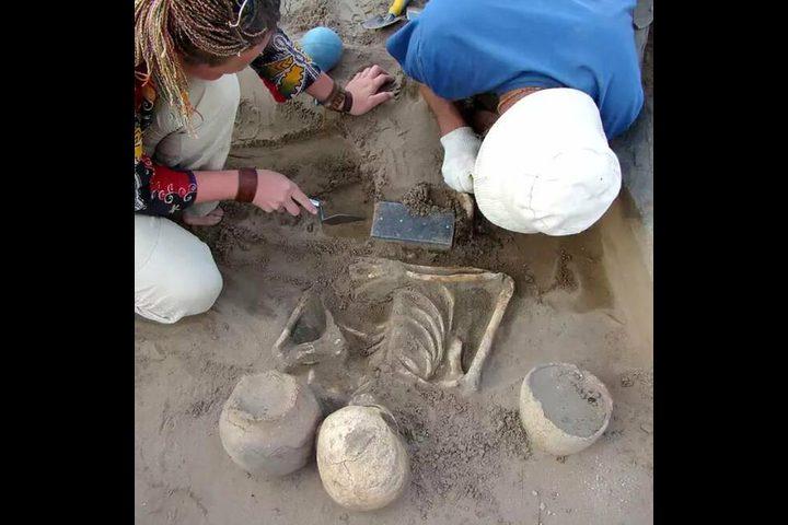 العثور على أقدم آيفون في قبر أثري عمره 2000 عام