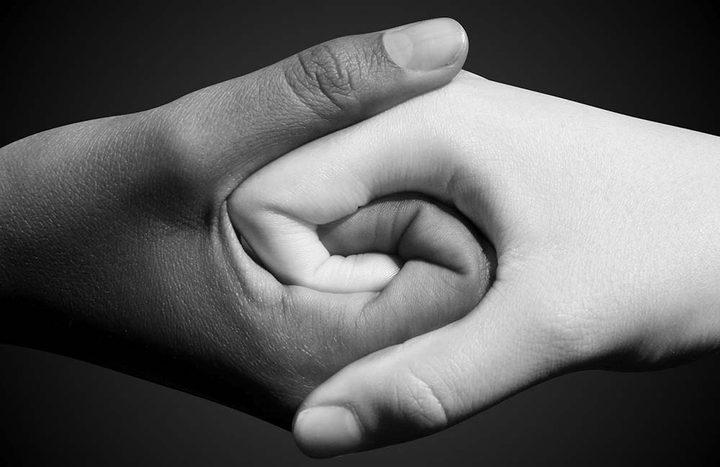 شاهد طفلان يلقنان درسا للأشخاص المصابين بداء العنصرية