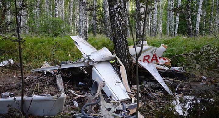 تحطم طائرة صغيرة في موقف سيارات