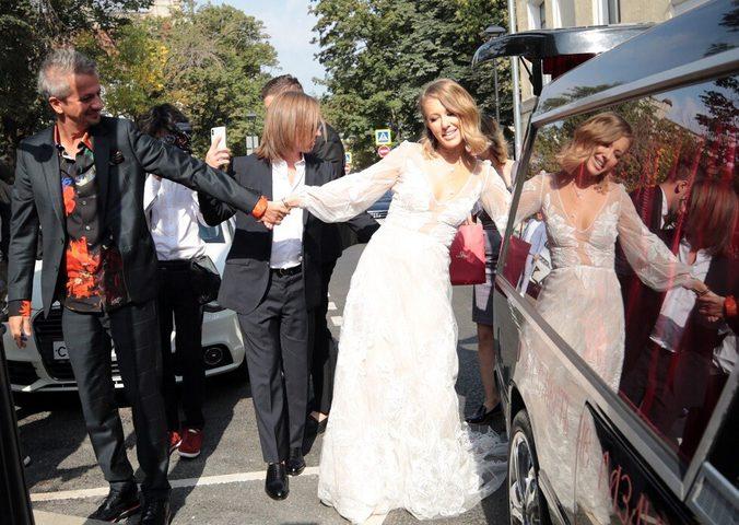 احتفلت بزفافها بسيارة لدفن الموتى